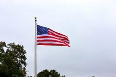 Drapeau américain ondulant sur le poteau photos stock