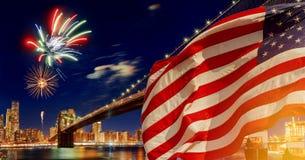 Drapeau américain pilotant un horizon du centre de New York City Manhattan de vue d'horizon la nuit Photographie stock libre de droits