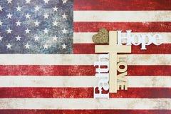 Drapeau américain rustique avec la croix en bois Image stock
