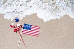 Drapeau américain sur la plage sablonneuse Photos libres de droits