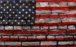 Drapeau américain sur la vieille texture de mur de briques photo stock