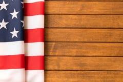 Drapeau américain sur le fond en bois Celebratio de Jour de la Déclaration d'Indépendance Photographie stock libre de droits