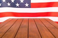 Drapeau américain sur le fond en bois Celebratio de Jour de la Déclaration d'Indépendance Photos stock