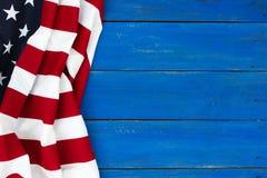 Drapeau américain sur le fond en bois rustique antique de bleu royal images libres de droits