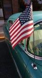 Drapeau américain sur une antenne classique de voiture, Etats-Unis Image stock