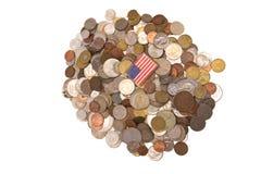 Drapeau américain sur une pile des pièces de monnaie Images stock