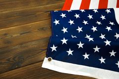Drapeau américain sur une vieille vue de bureau en bois images libres de droits