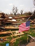 Drapeau américain trouvé parmi l'épave Joplin Missouri de tornade Images stock