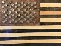Drapeau américain unique fait de bois et 12 coquilles de fusil de chasse de mesure Photo stock