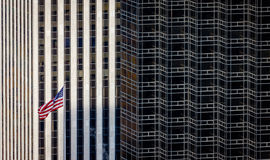 Drapeau américain et contraste architectural, gratte-ciel de New York, Photos stock
