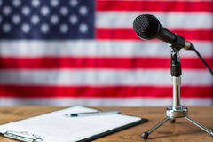 Drapeau américain, microphone et papier Images libres de droits