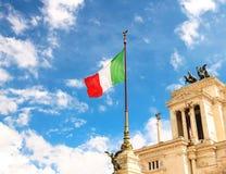 Drapeau au monument à Victor Emmanuel II Beaux vieux hublots à Rome (Italie) Photos libres de droits