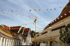 Drapeau autour de temple de Thaïlande image stock