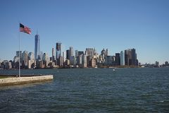 Drapeau avec l'horizon New York City Manhattan Etats-Unis images stock