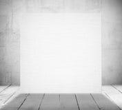 Drapeau blanc dans une vieille salle blanche Image stock
