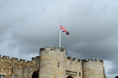 Drapeau britannique au-dessus des remparts de Stirling Castle Photos stock