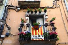 Drapeau catalan sur le balcon d'une maison de rapport Images libres de droits