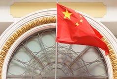 Drapeau chinois sur le bâtiment photos stock