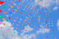 Drapeau coloré avec le ciel bleu Photographie stock libre de droits