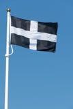 Drapeau cornouaillais de St Piran soufflant dans le vent image stock