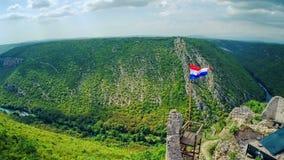 Drapeau croate sur des ruines de Necven, aériennes clips vidéos