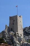 Drapeau croate sur la forteresse Mirabella Peovica au-dessus de la ville Omis en Croatie Photographie stock