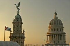 Drapeau cubain au lever de soleil avec les toits du théatre de l'opéra, du dôme du théâtre royal et du capitol, La Havane Image libre de droits