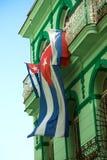 Drapeau cubain ondulant contre un bâtiment photographie stock libre de droits
