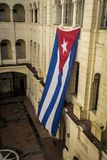 Drapeau cubain ondulant dans un palais comme symbole de la liberté Photographie stock