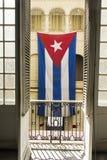 Drapeau cubain ondulant dans un palais comme symbole de la liberté Image libre de droits