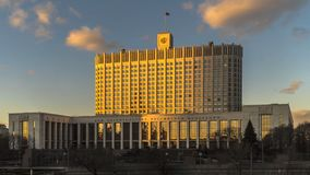 Drapeau d'état de la Fédération de Russie au-dessus de la Chambre du gouvernement de la Fédération de Russie, laps de temps clips vidéos