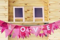 Drapeau d'amour sur le mur en bois Image libre de droits