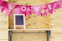 Drapeau d'amour sur le mur en bois Photographie stock libre de droits