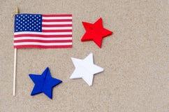Drapeau d'Amrican avec des étoiles sur la plage sablonneuse Images libres de droits