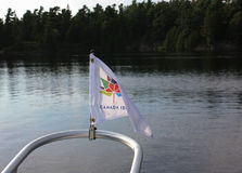 Drapeau d'anniversaire de Canada 150th sur un bateau Photo libre de droits