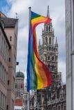 Drapeau d'arc-en-ciel avec l'hôtel de ville de Munich et Frauenkirche comme fond Image libre de droits