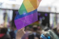Drapeau d'arc-en-ciel de festival de la fierté le 19 août 2017 LGBT de Doncaster à un concentré Image stock