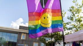 Drapeau d'arc-en-ciel de festival de la fierté le 19 août 2017 LGBT de Doncaster avec le smil Image stock