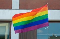 Drapeau d'arc-en-ciel de LGBT d'isolement dans le fond urbain Photo libre de droits
