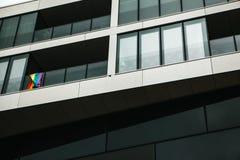 Drapeau d'arc-en-ciel Drapeaux multicolores sur une maison à Berlin en Allemagne Révolution sexuelle européenne Image libre de droits