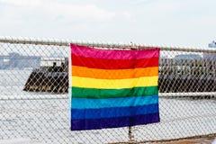 Drapeau d'arc-en-ciel pour la fierté de LGBT dans la barrière Photographie stock libre de droits
