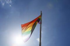 Drapeau d'arc-en-ciel sur un mât de drapeau Images libres de droits