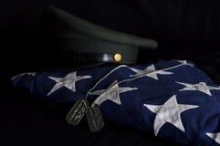 Drapeau d'enterrement, chapeau d'armée, étiquettes de chien Photographie stock