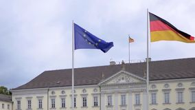 Drapeau d'UE et de l'Allemagne flottant chez Schloss Bellevue ? Berlin, Allemagne clips vidéos