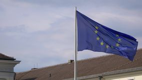 Drapeau d'UE flottant chez Schloss Bellevue, palais de Bellevue à Berlin, Allemagne banque de vidéos