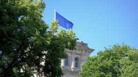 Drapeau d'UE flottant sur le bâtiment de Reichstag à Berlin, Allemagne banque de vidéos