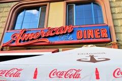 """Drapeau d'un restaurant appelé """"le wagon-restaurant américain 50' Dans le style 50s typique photo libre de droits"""