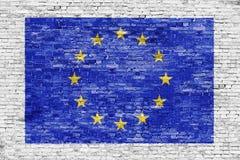 Drapeau d'Union européenne au-dessus du mur de briques blanc illustration libre de droits