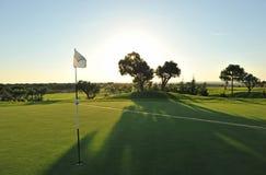 Drapeau dans le trou du terrain de golf, EL Rompido, Andalousie, Espagne Photographie stock
