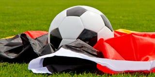 Drapeau de ballon de football et d'Allemand Photographie stock libre de droits